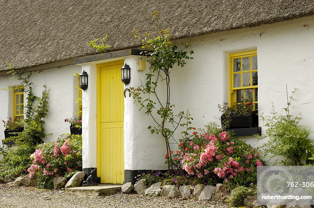Thatched cottages, Ballyvaughan, County Clare, Munster, Republic of Ireland, Europe