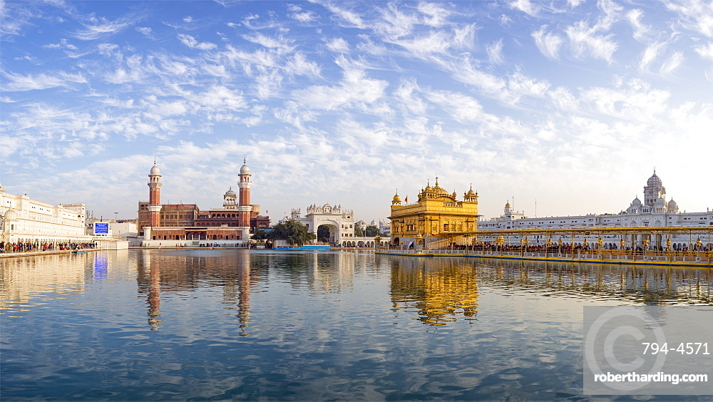 The Golden Temple (Harmandir Sahib) and Amrit Sarovar (Pool of Nectar) (Lake of Nectar), Amritsar, Punjab, India, Asia