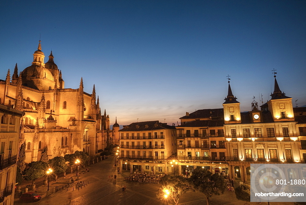 Plaza Mayor in the evening with the Cathedral on the left and Town Hall on the right), Segovia, UNESCO World Heritage Site, Castile y Leon, Spain, Europe