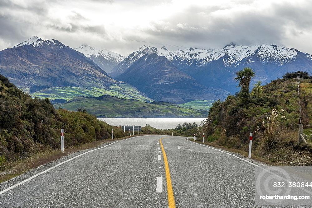 Highway, cloud-shrouded mountains, Lake Wanaka, The Neck, Otago, Southland, New Zealand, Oceania