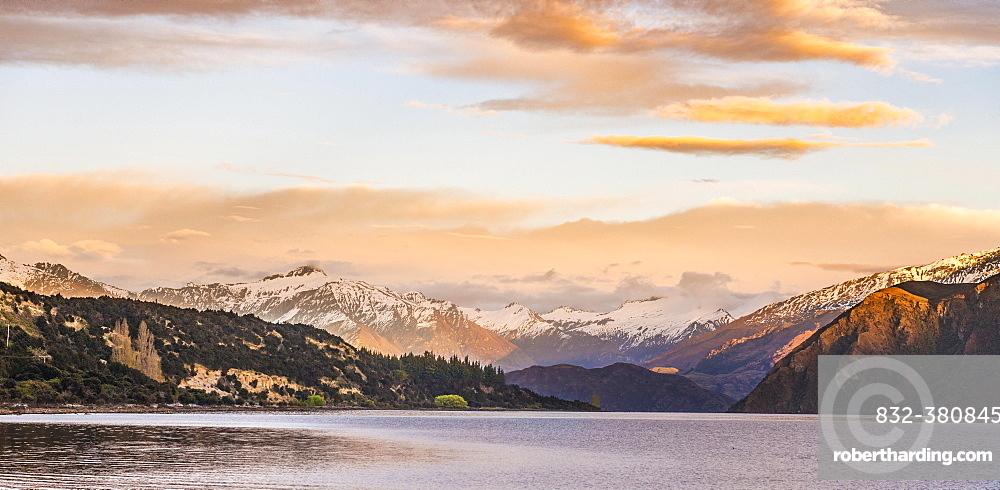 Sunrise, mountains with snow on Wanaka Lake, Rocky Peak, Glendhu Bay, Otago, Southland, New Zealand, Oceania