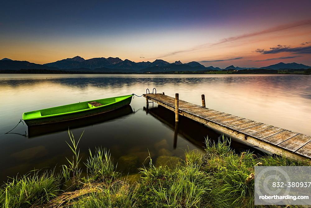 Rowing boat at dock with mountain lake, Allgäu Alps at back, blue hour, Hopfensee, Hopfen am See, Ostallgäu, Bavaria, Germany, Europe
