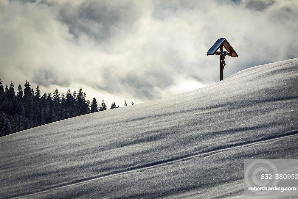 Wayside cross on snowy mountain slope, cloudy skies, Burstkopf, Balderschwang, Oberallgäu, Bavaria, Germany, Europe