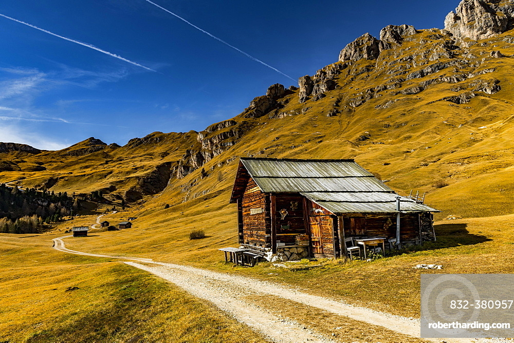 Trail with alpine hut and South Tyrolean mountains, St. Martin in Thurn, South Triol, Italy, Europe
