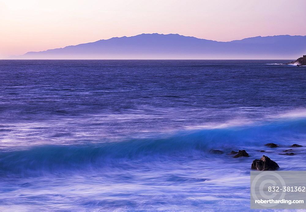 Ocean wave at dawn, island of La Palma behind, Valle Gran Rey, La Gomera, Canary Islands, Spain, Europe