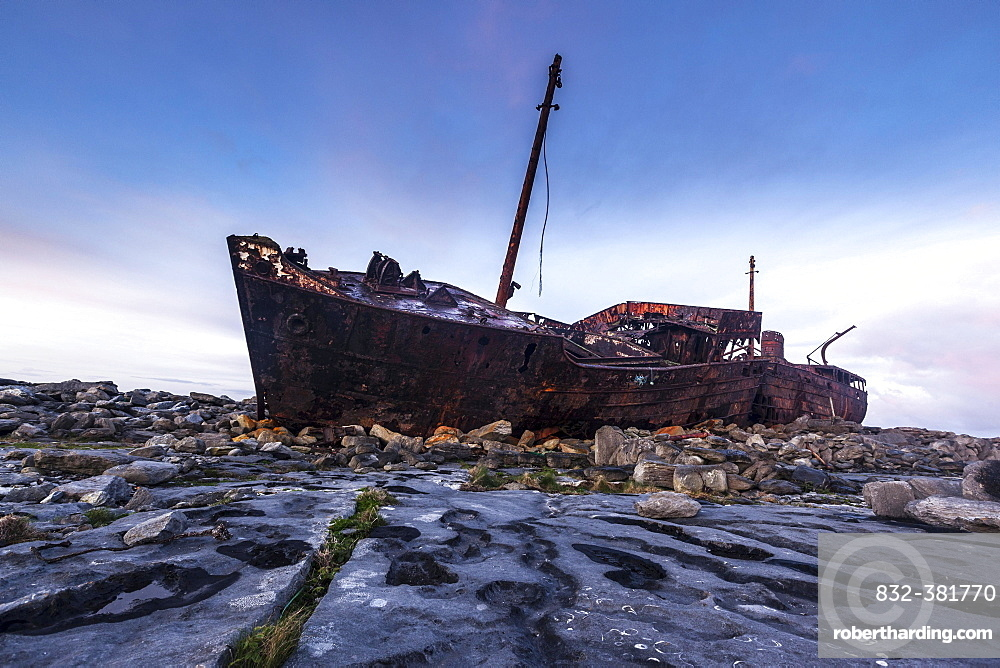 Shipwreck Plassy, ??stranded on the Finnish coast in 1960, Inis Oirr, Aran Islands, Ireland, Europe