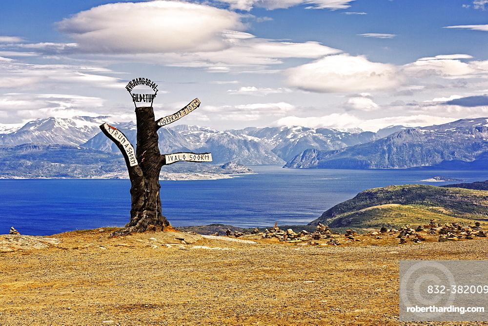 Signpost along the Kvænangsfjell, mountain landscape at Kvænangen Fjord, Sørstraumen, Troms, Norway, Europe