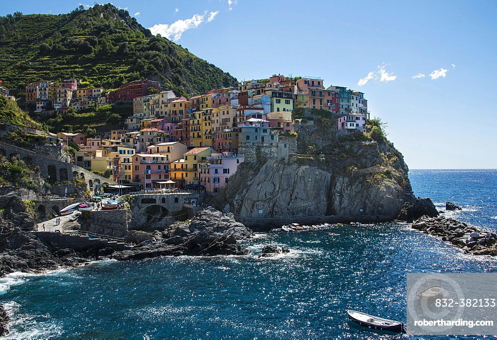 Colorful houses on cliffs, Manarola, Cinque Terre, La Spezia Province, Liguria, Italy, Europe