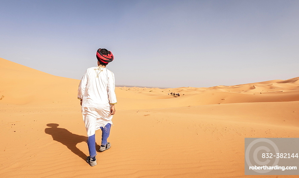 Bedouin with traditional clothes in the desert, dune landscape Erg Chebbi, Merzouga, Sahara, Morocco, Africa