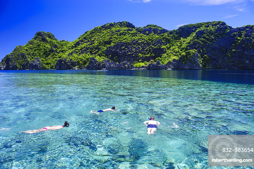 Tourists snorkeling in the crystal clear water in the Bacuit archipelago, Palawan, Philippines, Asia
