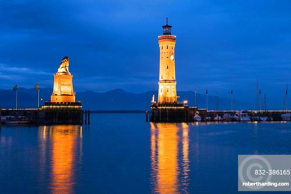 Bavarian lion and lighthouse in the harbour, blue hour, twilight, water reflection, Lindau, Lake Constance, Bavaria, Germany, Europe