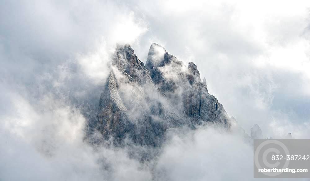 Cloud-covered rocky peaks, mountain peaks of the Geisler group, Villnoesstal, Dolomites, South Tyrol, Italy, Europe