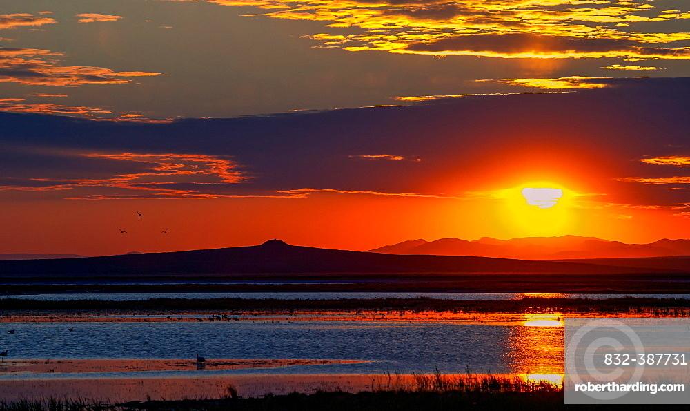 Sunrise over Tsagaan Lake, Terchiin Tsagaan Nuur National Park, Bulgan-Aimag, Mongolia, Asia