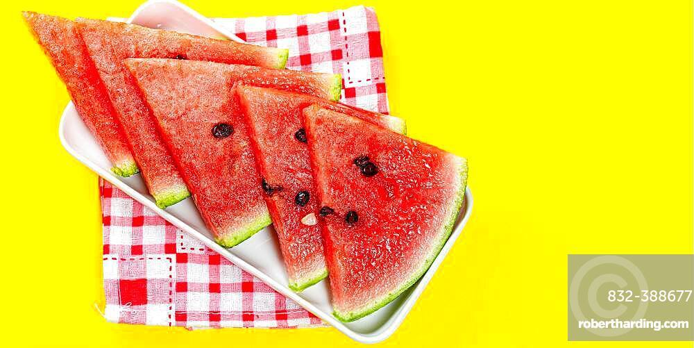 Pieces of watermelon in bowl on color background, sliced watermelon, healthy fruit