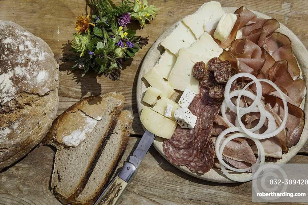 Brettljause with bacon, sheep salami, chimney root, cheese, onion rings and farmhouse bread, Rauris, Pinzgau, Salzburger Land, Austria, Europe