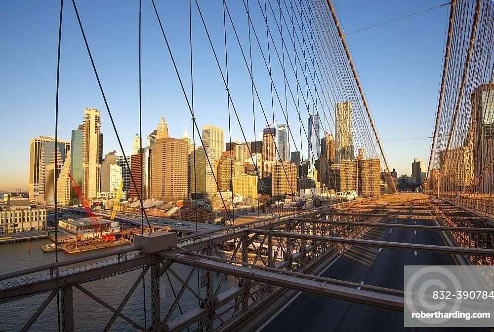 Brooklyn Bridge, hinten links Skyline von Lower Manhattan, Manhattan, New York City, New York, USA, North America