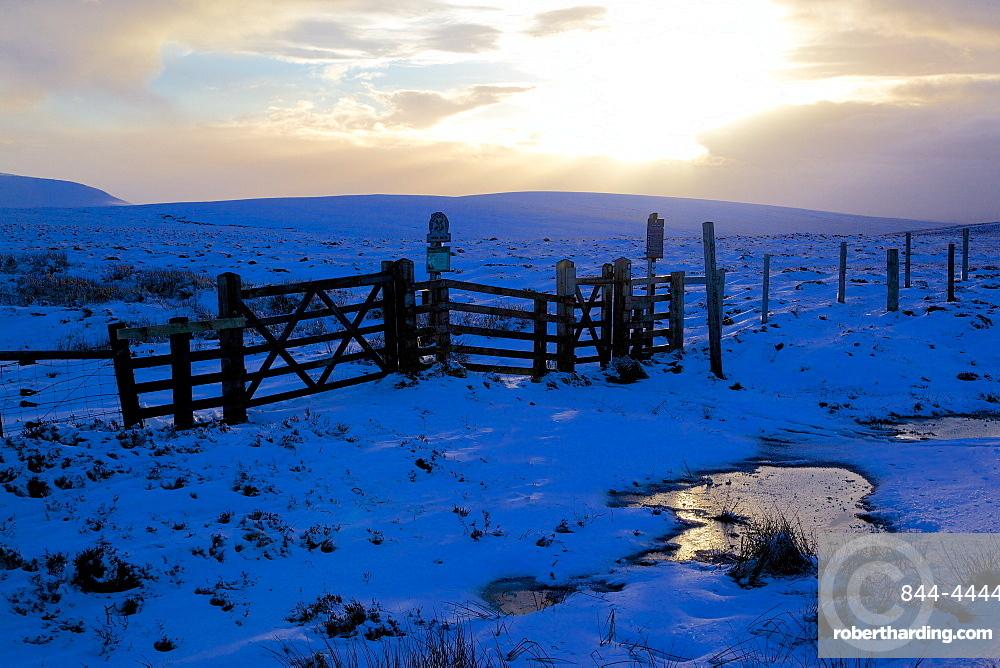 Kinder Scout Pennine Way in winter, Peak District National Park, Derbyshire, England, United Kingdom, Europe