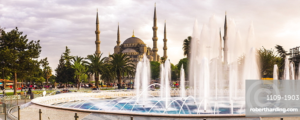Blue Mosque (Sultan Ahmed Mosque), UNESCO World Heritage Site, and fountain in Sultanahmet Park, Istanbul, Turkey, Europe