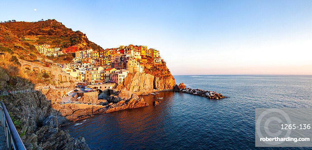 Picturesque village of Manarola in Cinque Terre, UNESCO World Heritage Site, province of La Spezia, in the Liguria region, Italy, Europe