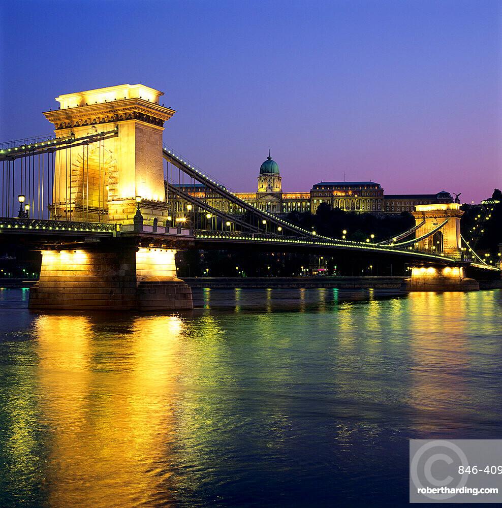 Royal Palace (Budavari Palota) (Buda Castle) and Chain Bridge at dusk, UNESCO World Heritage Site, Buda, Budapest, Hungary, Europe