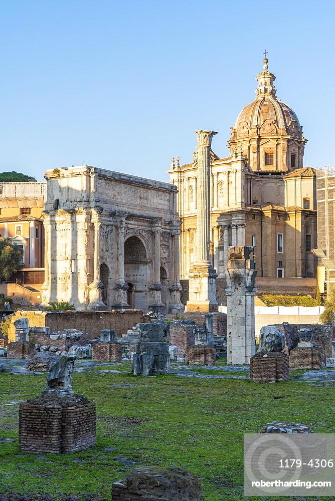 Settimio Severo Arch and Colonna di Foca, Imperial Forum (Fori Imperiali), UNESCO World Heritage Site, Rome, Lazio, Italy, Europe