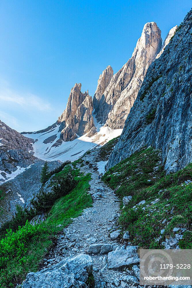 Footpath to Rifugio Zsigmondy Comici hutte with Croda Dei Toni on background, Val Fiscalina, Sesto Dolomites, South Tyrol, Italy