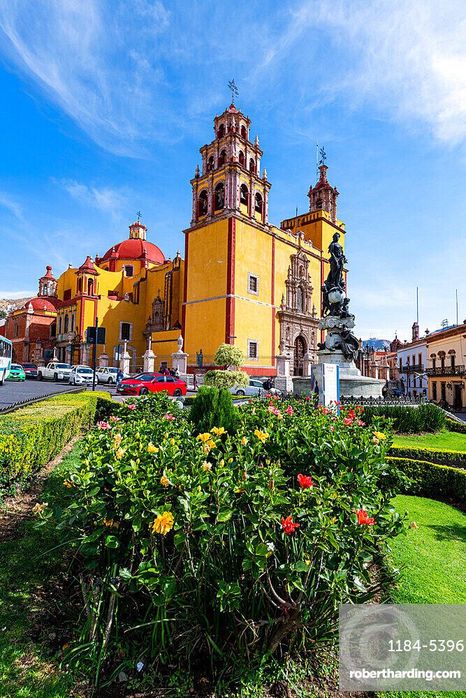 Monumento a La Paz in front of the Basilica Colegiata de Nuestra Senora, UNESCO World Heritage Site, Guanajuato, Mexico, North America