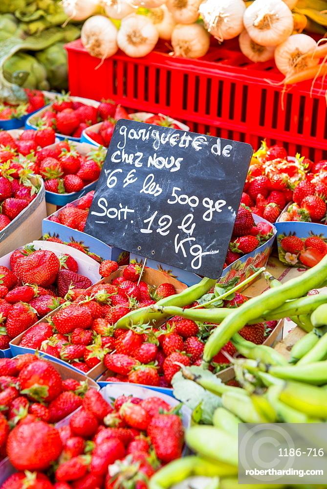 Fresh fruit, Aix en Provence, Bouches du Rhone, Provence, Provence-Alpes-Cote d'Azur, France, Europe