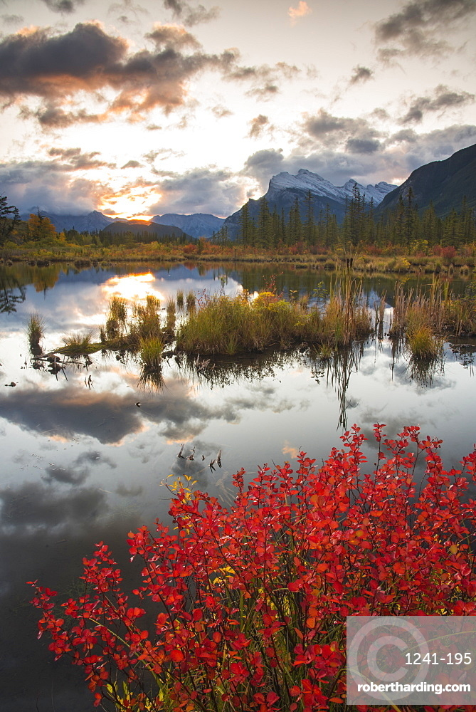 Sunrise at Vermillion Lakes with Mount Rundle in autumn, Banff National Park, UNESCO World Heritage Site, Alberta, Rocky Mountains, Canada, North America