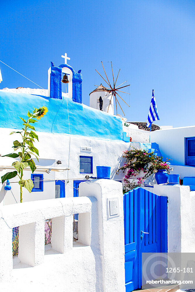 Traditional Greek architecture in Oia, Santorini (Thira), Cyclades, Greek Islands, Greece, Europe