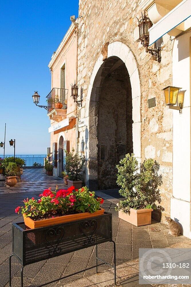 The Porta di Mezzo, western entrance to Piazza IX Aprile, early morning, Taormina, Messina, Sicily, Italy