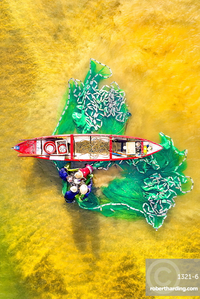 Fishermen fishing in the estuary, Quang Ngai, Vietnam, Indochina, Southeast Asia, Asia