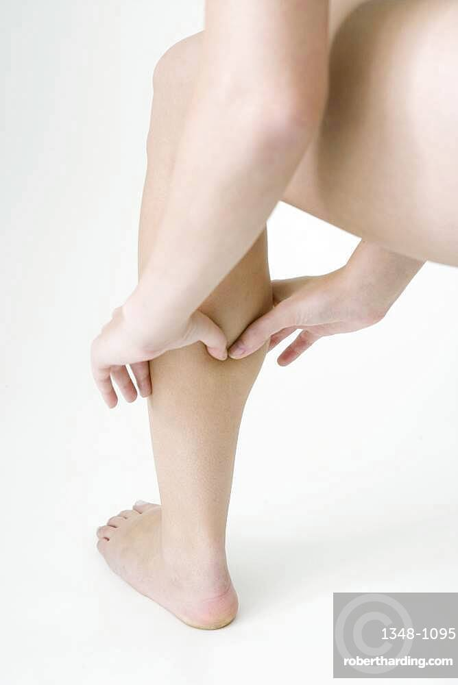 The Do In is an automassage technique of chinese origin, then imported in Japan. This technique is based on the pressure of certains points (acupressure) aiming at correcting body disorders. Pressure (with the two thumbs in V) of the point Bladder 57. Aim : relieve cramps.