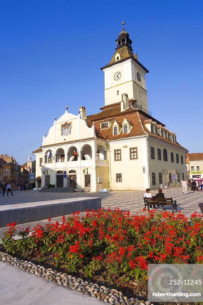 Piata Sfatului, the centre of medieval Brasov, the Council House (Casa Sfatului) dating from 1420 topped by a Trumpeter's Tower, the old city hall now houses the Brasov Historical Museum, Brasov, Transylvania, Romania, Europe