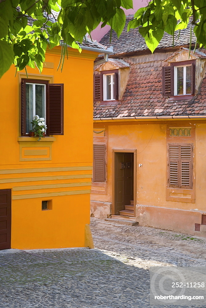 Cobbled streets lined with colourfully painted 16th century burgher houses in the medieval citadel, Sighisoara, UNESCO World Heritage Site, Transylvania, Romania, Europe