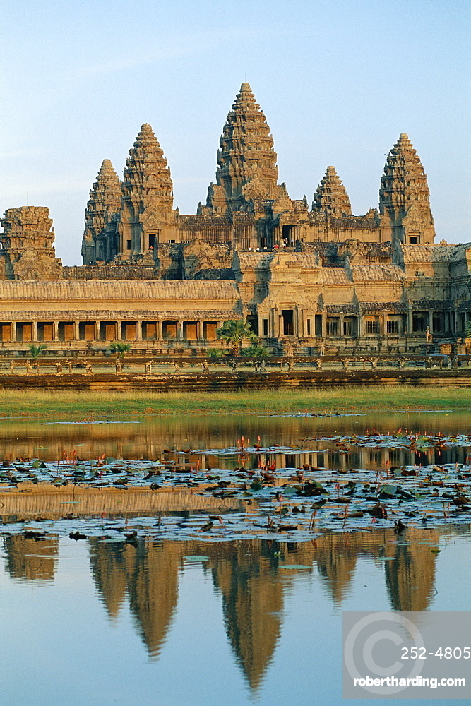 The stone causeway leading to the Angkor Wat Temple in evening light, at Siem Reap, Cambodia, Asia *** Local Caption ***