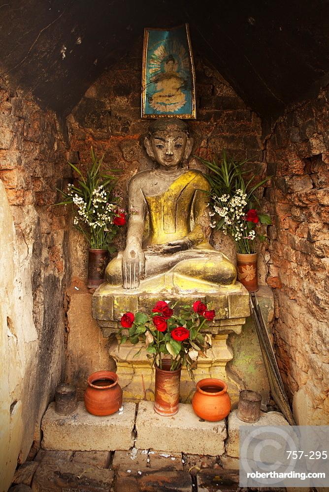 Buddhist shrine, Nyaungshwe, Inle Lake, Shan State, Myanmar (Burma), Asia