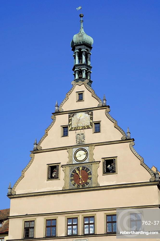 Clock on the Ratstrinkstube (City Councillors Tavern), Marktplatz, Rothenburg ob der Tauber, Bavaria (Bayern), Germany, Europe