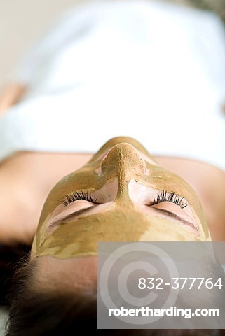 Patient in a physiotherapy practice getting a Rhassoul powder mask
