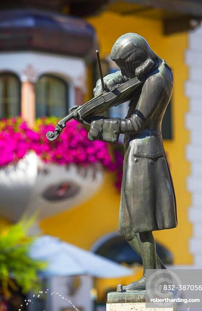 Market place, Mozart statue at the Mozart fountain, Sankt Gilgen am Wolfgangsee, Salzkammergut, Province of Salzburg, Austria, Europe