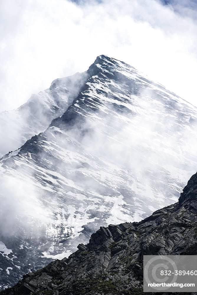 Grosser Moerchner, snow-covered mountains in fog, high alpine landscape, Berliner Hoehenweg, Zillertal Alps, Zillertal, Tyrol, Austria, Europe