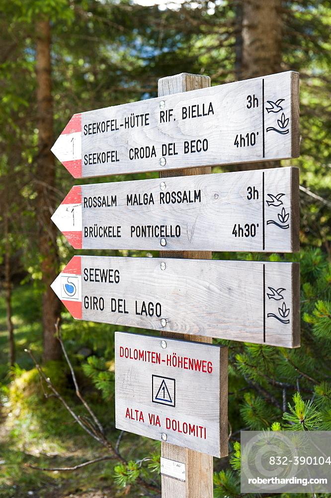 Dolomites high trail 1 to the Seekofel hut, wooden hiking sign, lake trail around the Pragser Wildsee, Lago di Lake Prags, Dolomites, Lake Prags, Trentino Alto Adige, Italy, Europe