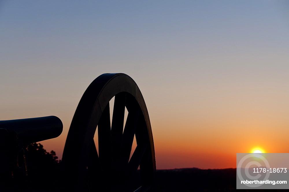 USA, Pennsylvania, Gettysburg, Cemetery Hill, cannon at sunset