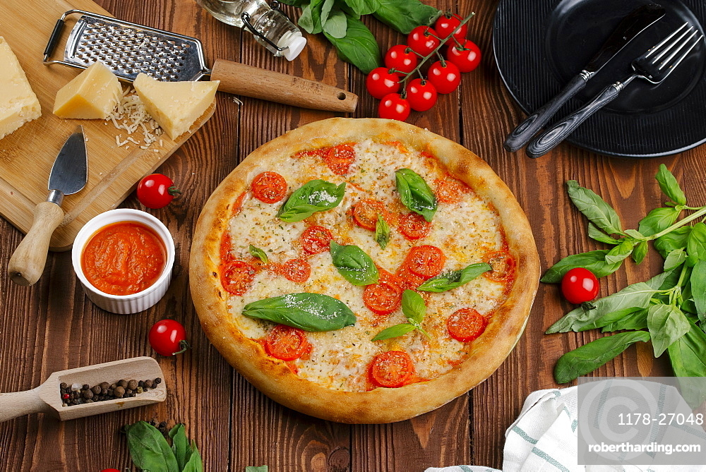 Margherita pizza with ingredients