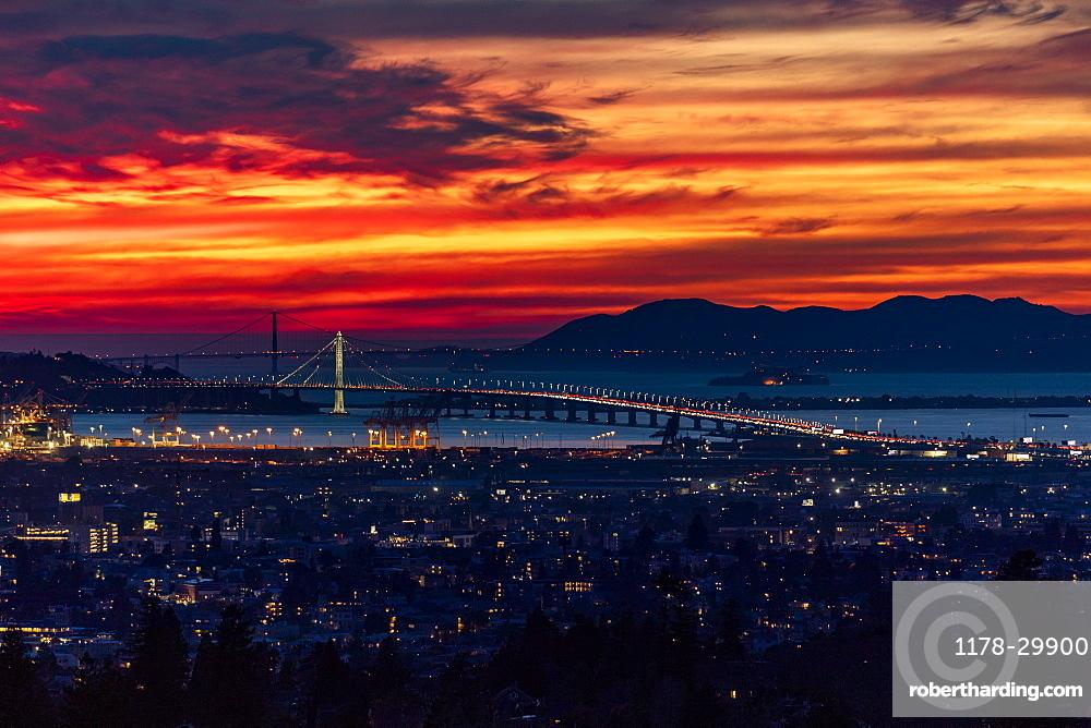 USA, California, San Francisco, Dramatic sunset over city