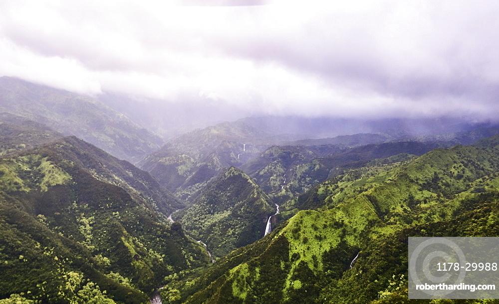 USA, Hawaii, Kauai, Na Pali, Waterfall in mountains