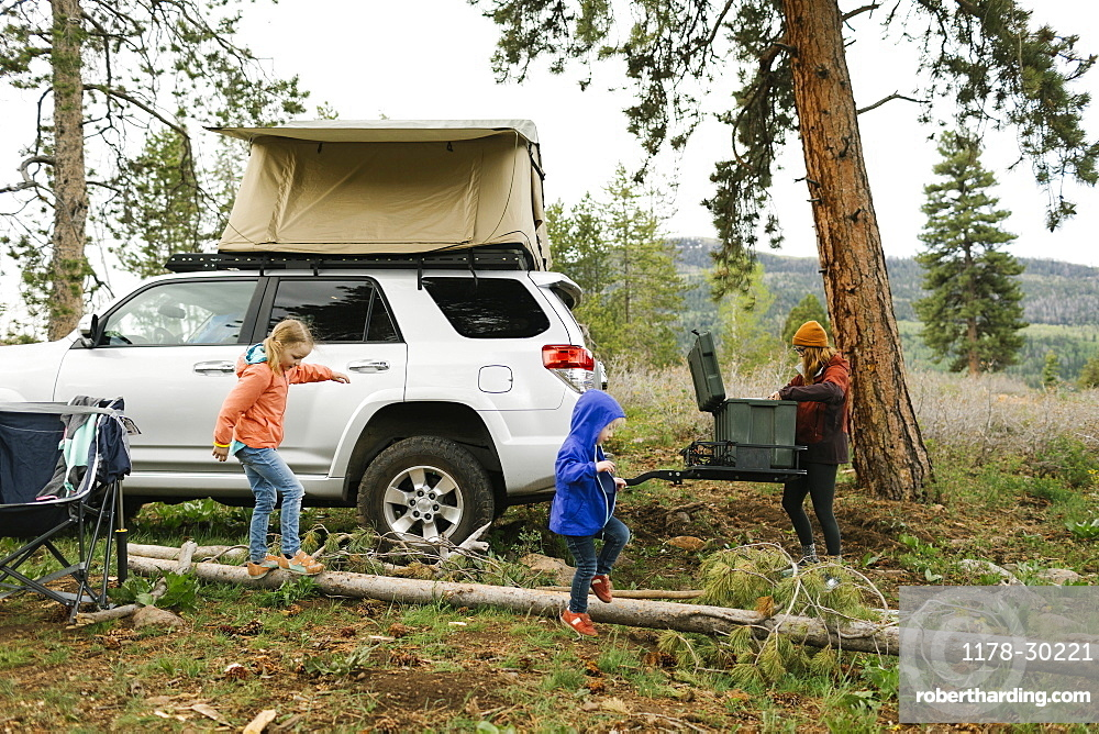 USA, Utah, Uninta Wasatch Cache National Forest, Mother with daughters (2-3, 6-7) setting up camp