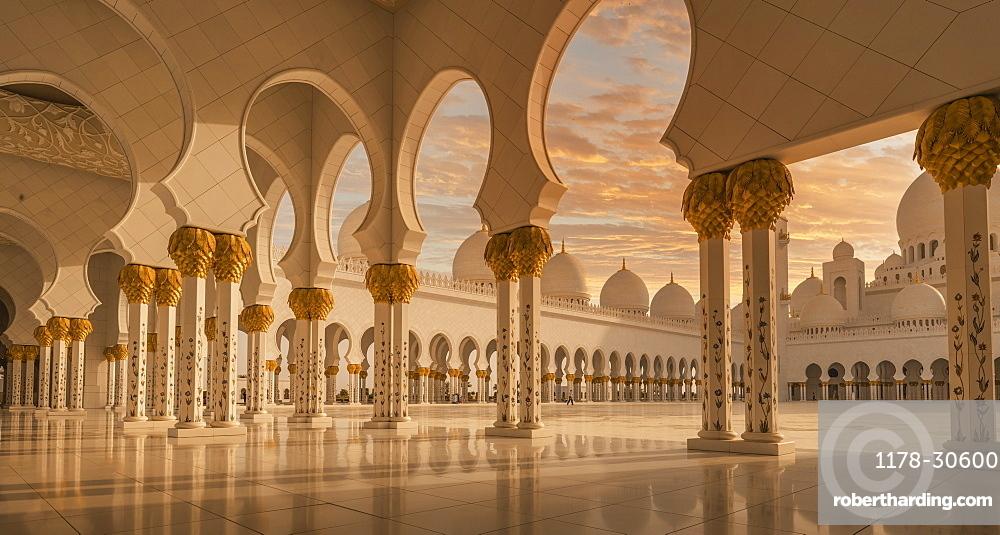 United Arab Emirates, Au Dhabi, Sheik Zayed Grand Mosque, Sheikh Zayed Grand Mosque at sunset