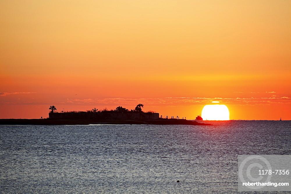 USA, South Carolina, Charleston, Castle Pinckney at sunrise