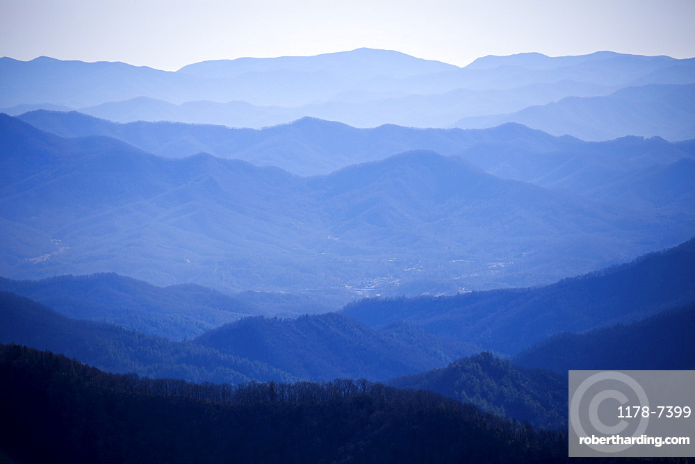 USA, Tennessee, Nashville, Great Smoky Mountains National Park, Mountain range in fog